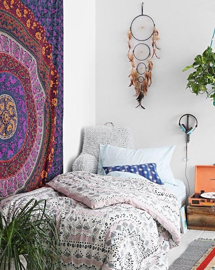 décoration murale chambre, attrape reve geant réalisé avec quatre cerceau de taille diverse, plumes marron, linge de lit et tissu murale boheme chic