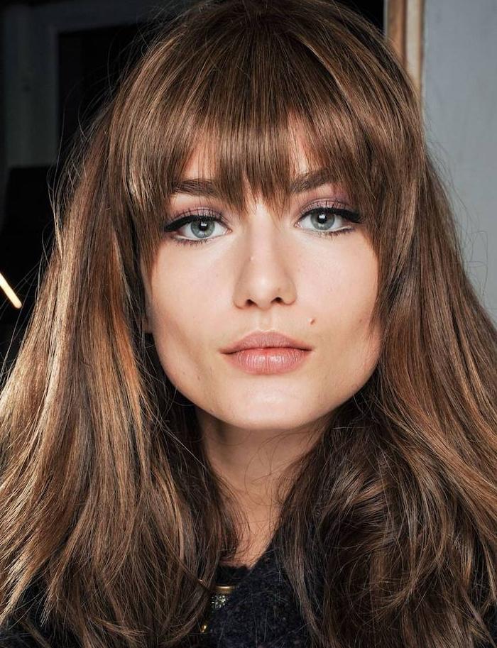 exemple de coupe avec une frange effilée, carré long cheveux chatain, maquillage yeux rose
