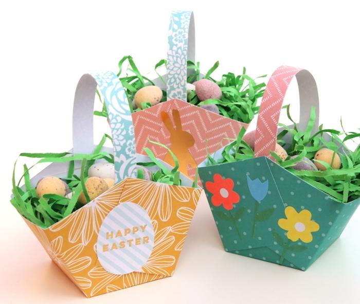 panier de pauqes original en papier coloré avec de l herbe artificielle vermicelles et petites oeufs colorées