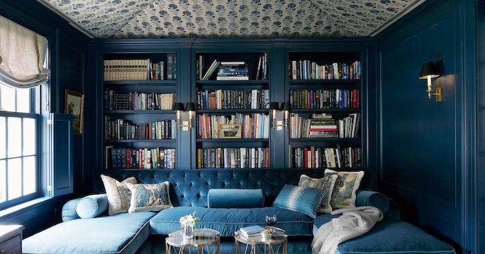 photo peinture bleu pétrole pour bibliotheque, décoration de salon bleu foncé paon