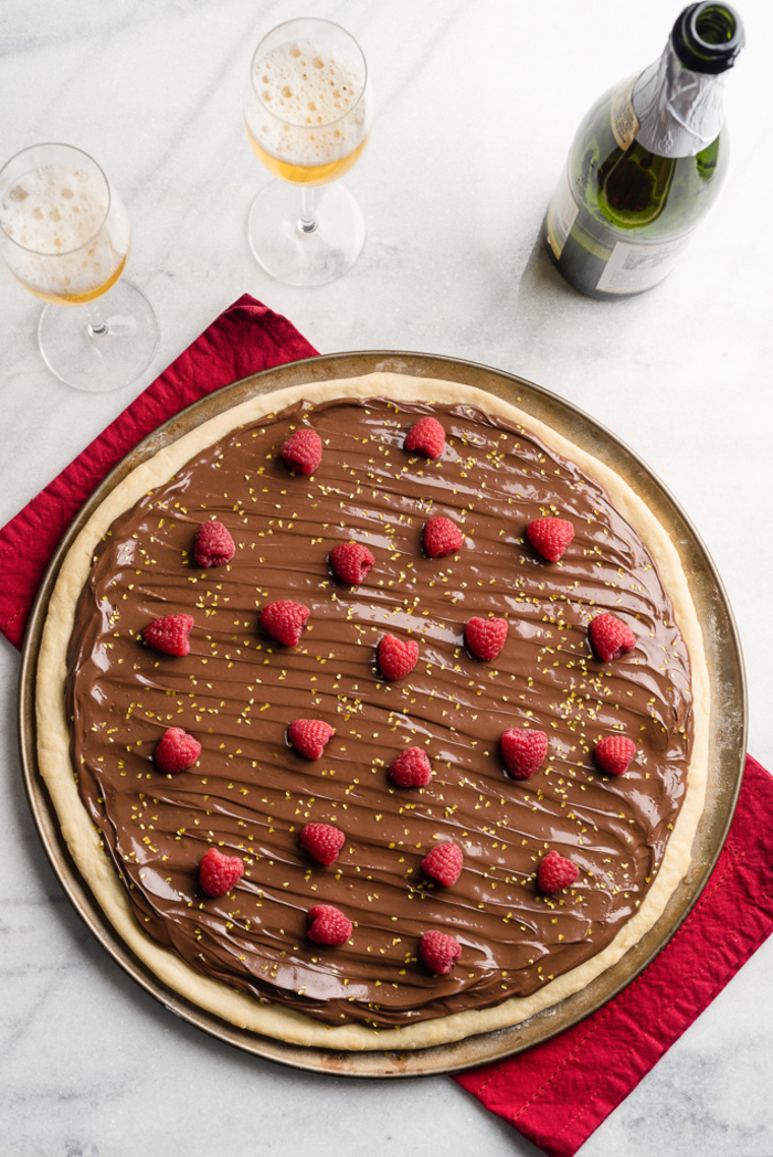 idée dessert facile et rapide pour la saint-valentin, recette de pizza original au nutella et aux framboises
