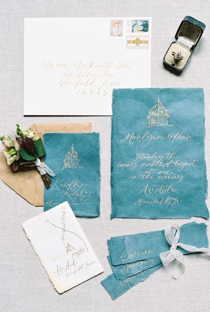idée pour faire part mariage vintage avec une typographie manuscrite élégante sur un fond bleu turquoise