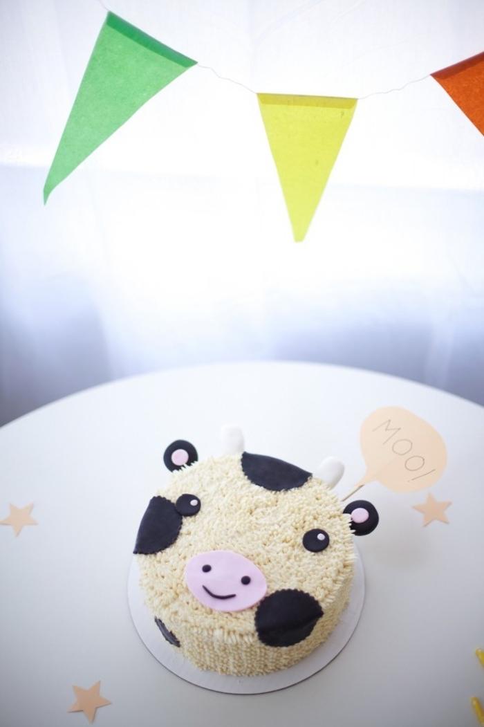 gateau anniversaire 2 ans vache décoré avec du glaçage et de la pâte à sucre pour un anniversaire sur thème les animaux de la fer
