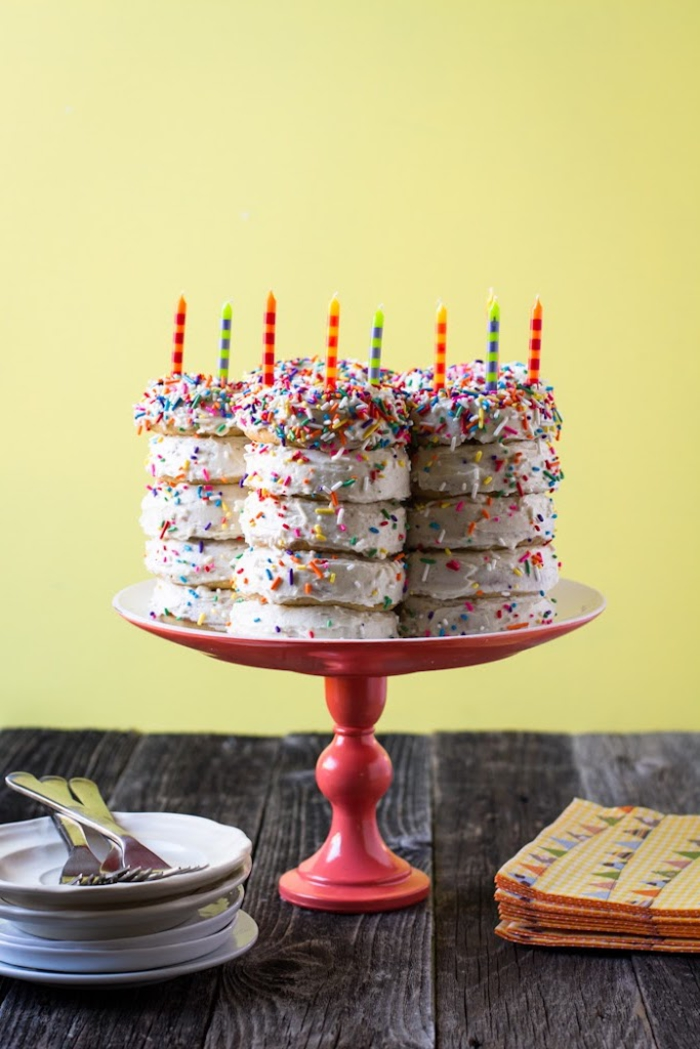 recette de gateau d'anniversaire facile et original composé de beignets américains au glaçage blanc