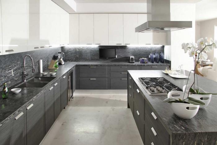 grande cuisine pro avec meubles bas gris anthracite et plan de travail finition marbre