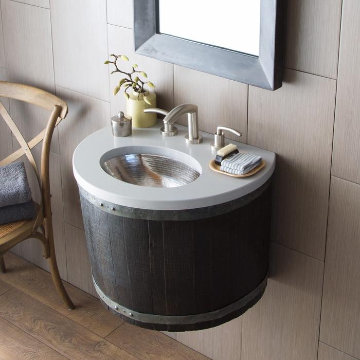 un meuble salle de bain récup réalisé à partir d'un tonneau et fixé au mur pour un design contemporain et minimaliste