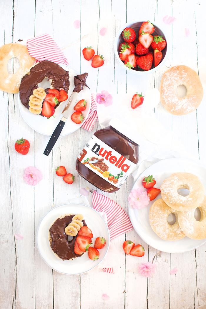 recette au nutella facile et rapide pour un petit-déjeuner gourmand, des bagels américains tartinés au nutella