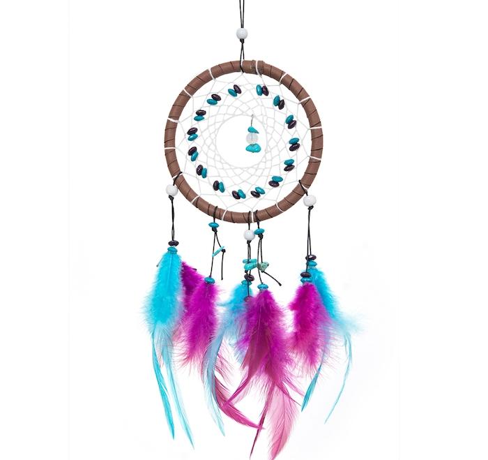 exemple originale de capteur de rêve, cerceau bois, plumes bleues et mauve, toile blanche, perles violettes et bleues