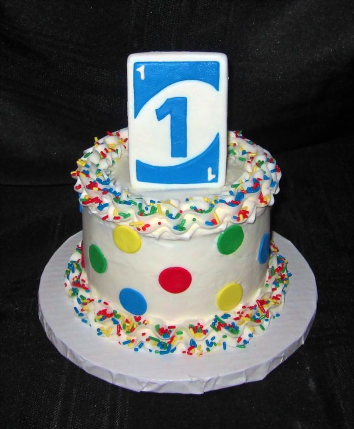 décoration de gateau facile à réaliser avec des confettis multicolores et des ronds en pâte à sucre, idée gateau anniversaire sur le thème jeu de cartes uno