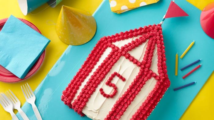idée originale pour un gateau d'anniversaire cirque ultra moelleux au glaçage blanc et rouge
