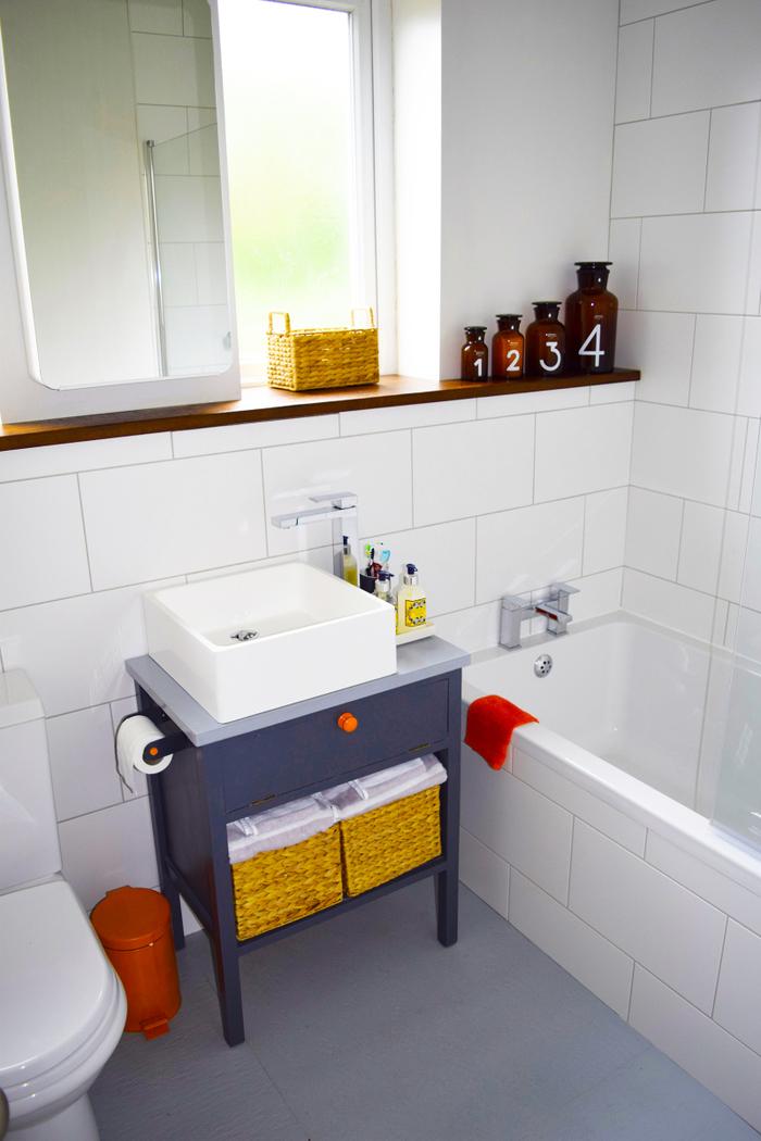 petit meuble recup avec vasque à poser et espace rangement supplémentaire idéal pour une petite salle de bain
