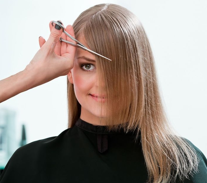 idée comment tailler une frange de manière asymétrique, cheveux blond fins, rouge a levres rose