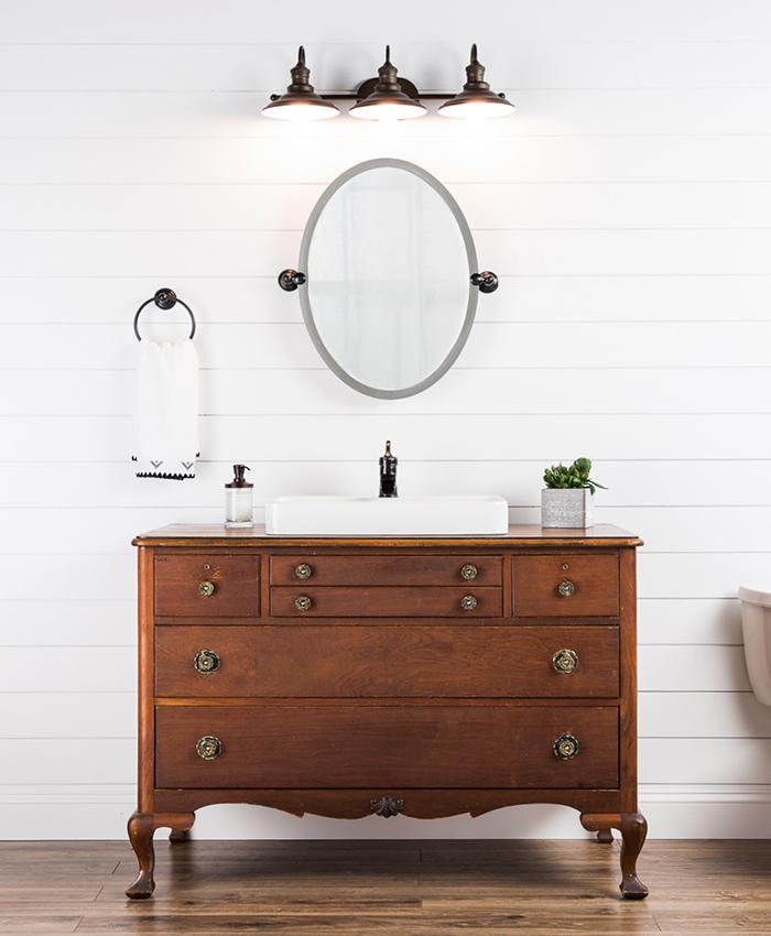 l'aspect vintage et authentique de la commode salle de bains récup s'inscrit parfaitement dans l'ambiance de la salle de bains à l'ancienne