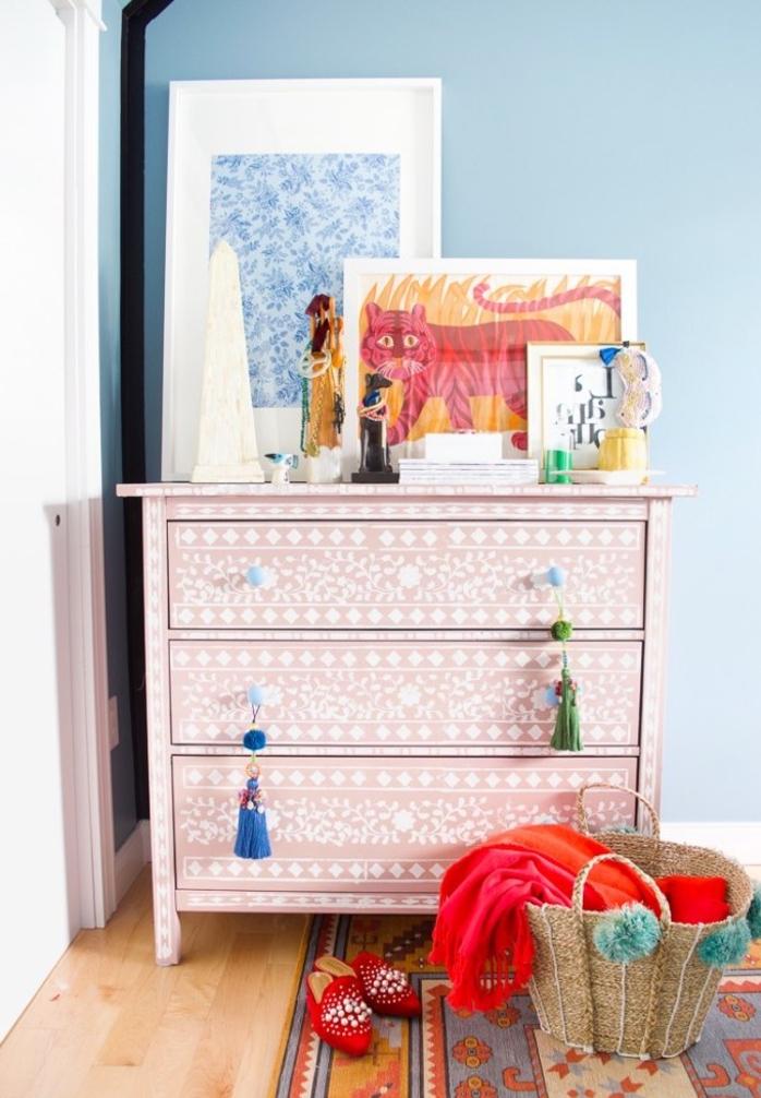 deco chambre parentale d'ambiance bohème chic avec une commode rose relooké grâce à la peinture au pochoir