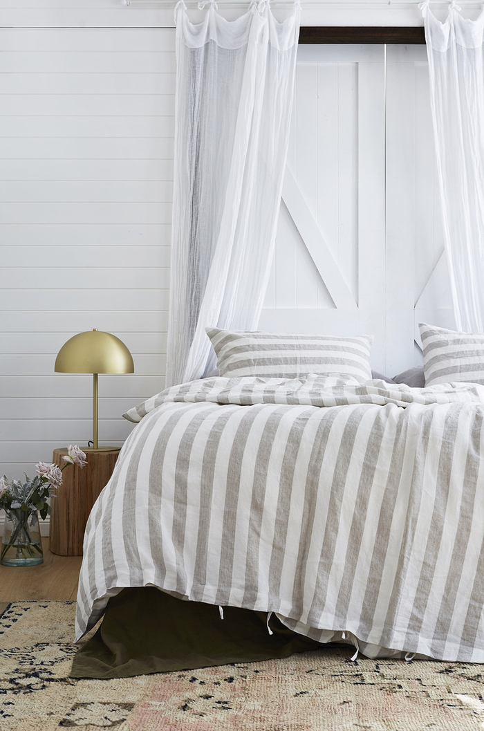 amenagement chambre à coucher moderne avec une déco récup tendance comme une tête de lit en porte de grange recyclée