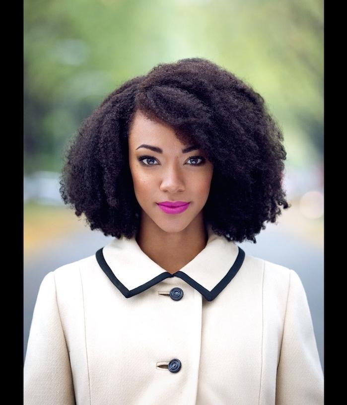 Coupe courte afro coiffure africaine femme chic idée comment se coiffer cheveux crépus