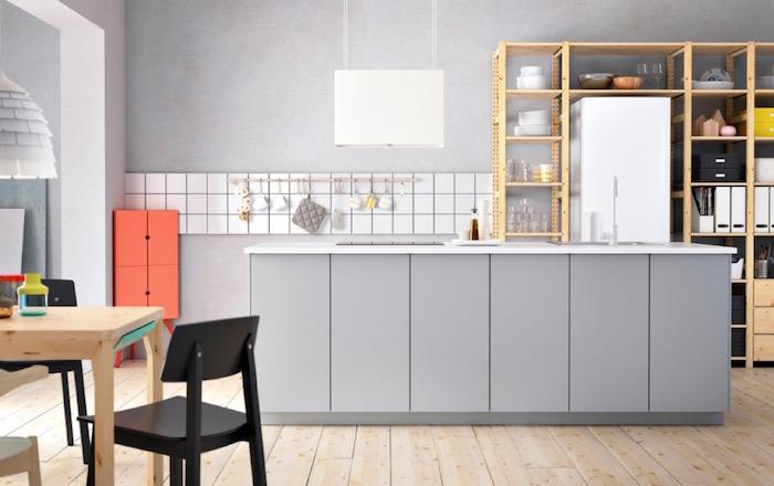 cuisine gris clair ikea moderne avec ilot central et sol plancher et mur effet baton
