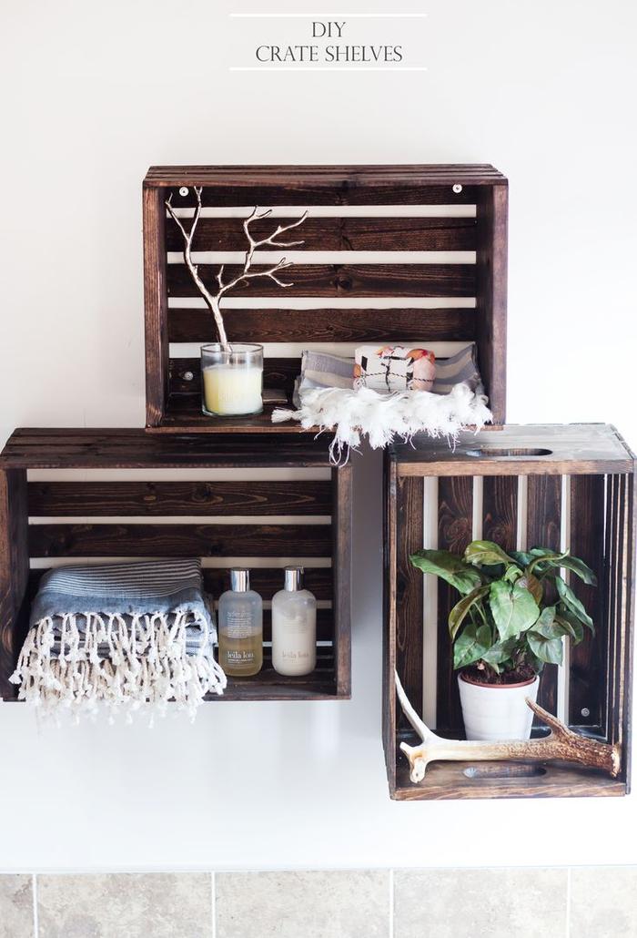 idée pour une deco sdb fonctionnelle avec des caisses de rangement en bois fixées au mur en guise d'étagères