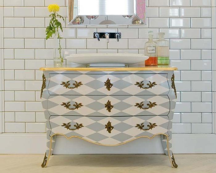 jolie commode salle de bain galbée transformée en petit meuble-vasque et remise au goût du jour par le dessin géométrique