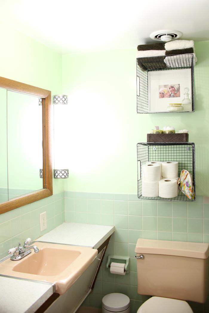 astuces pour relooker salle de bain avec un petit budget, des casiers métalliques qui remplacent les étagères murale pour une touche industrielle dans la salle de bain