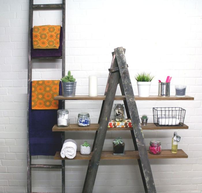idee de salle de bain relookée avec un petit budget, échelle en bois d'aspect rustique transformée en étagère fonctionnelle et porte-serviette