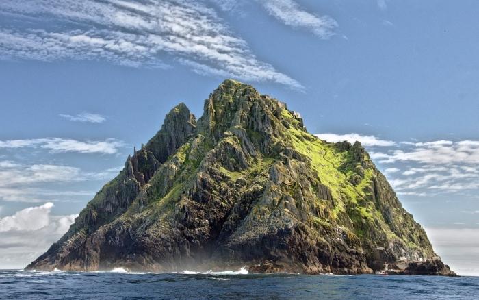 image inspirante pour un fond d écran gratuit, ciel bleu aux nuages blanches au-dessus d'île avec rochers et gazon
