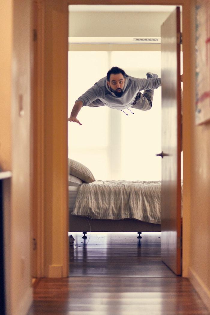 Fantastique fond d écran animaux mignons photo le plus amusante homme qui vol en sautant du lit