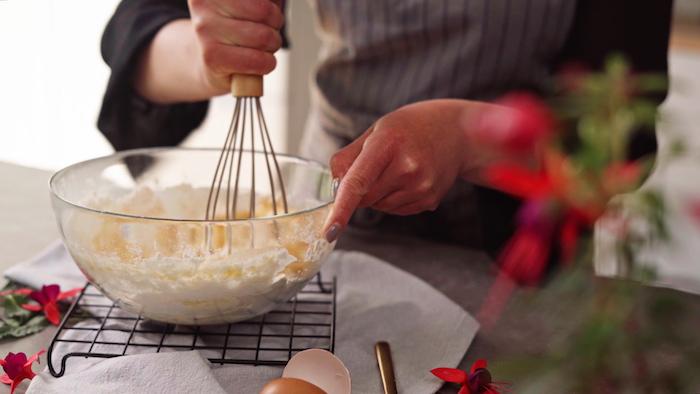 incoprorer la farine aux oeufs pour faire recette petit gateau yorkshire pudding remuer à l aide d un fouet gateau patissier recette simple et rapide