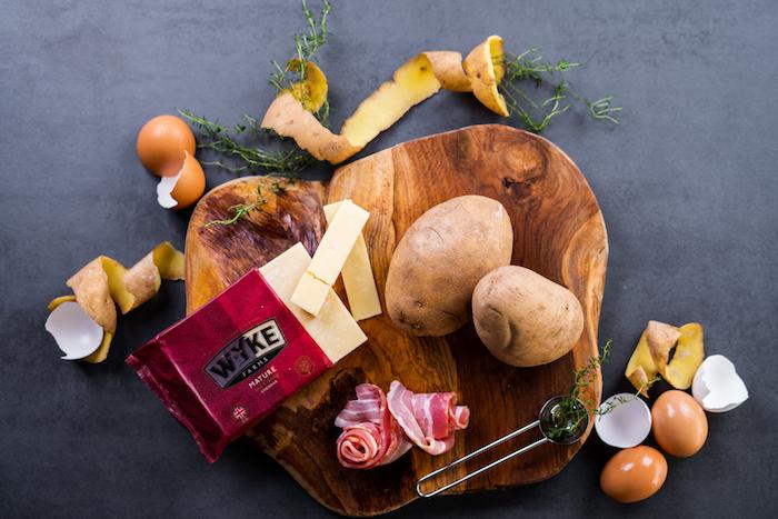 ingredients necessaires pour faire patate farcie, pommes de terre, bacon, oeufs et fromage cheddar