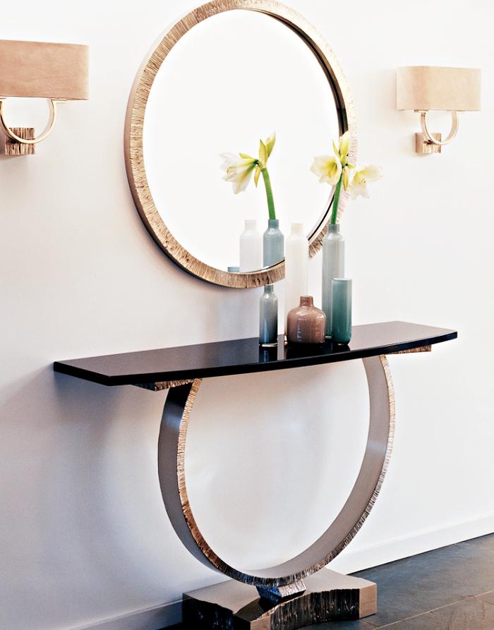 meubles à design modernes pour deco couloir en blanc et noir, lampes beige et miroir rond à cadre doré