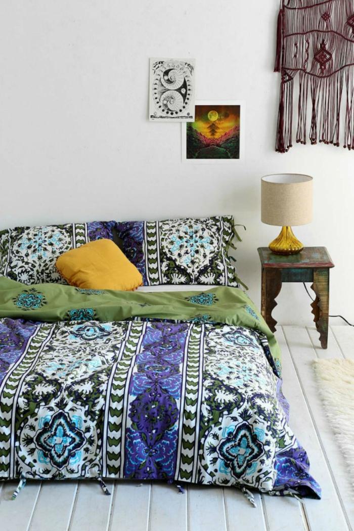 déco murale chic, linge de lit boho, plancher blanc, petite table de chevet en bois
