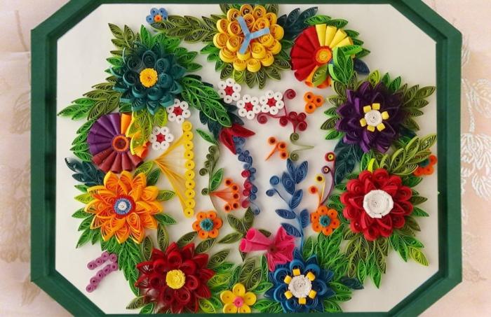 apprendre à faire du quilling, panneau artistique encadré, plusieurs fleurs et motifs floraux en papier de quilling