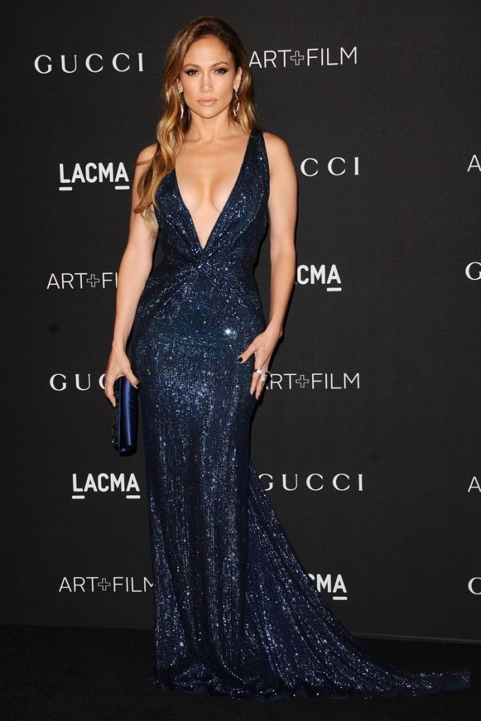 modèle de robe officielle longue avec décolleté en V brillant et glitter, Jennifer Lopez en robe longue et cheveux caramel
