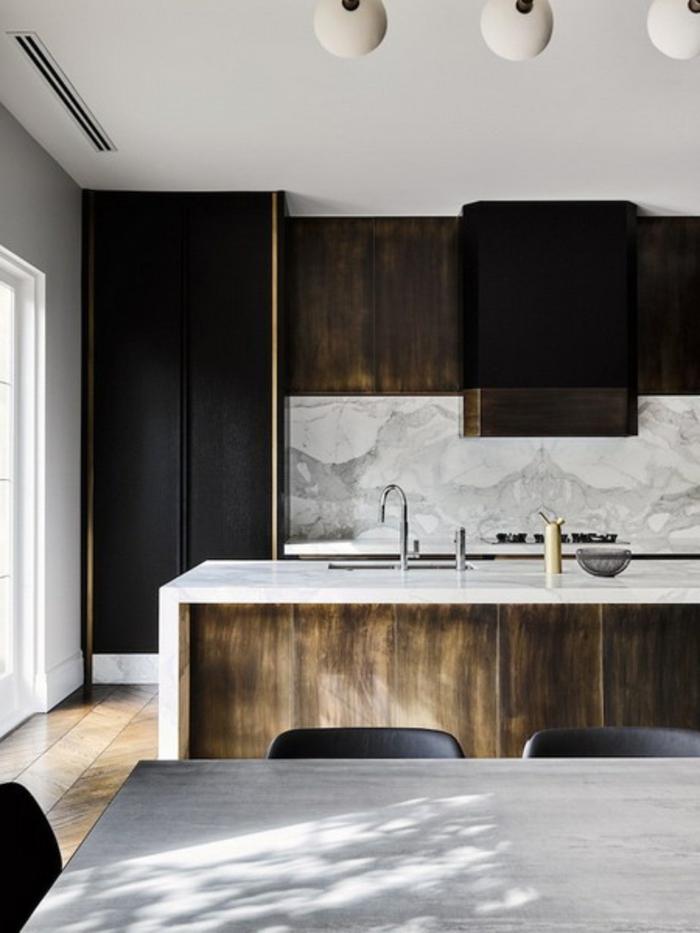 cuisine gris et bois, design de cuisine contemporain, ilot avec un top blanc, table avec des chaises