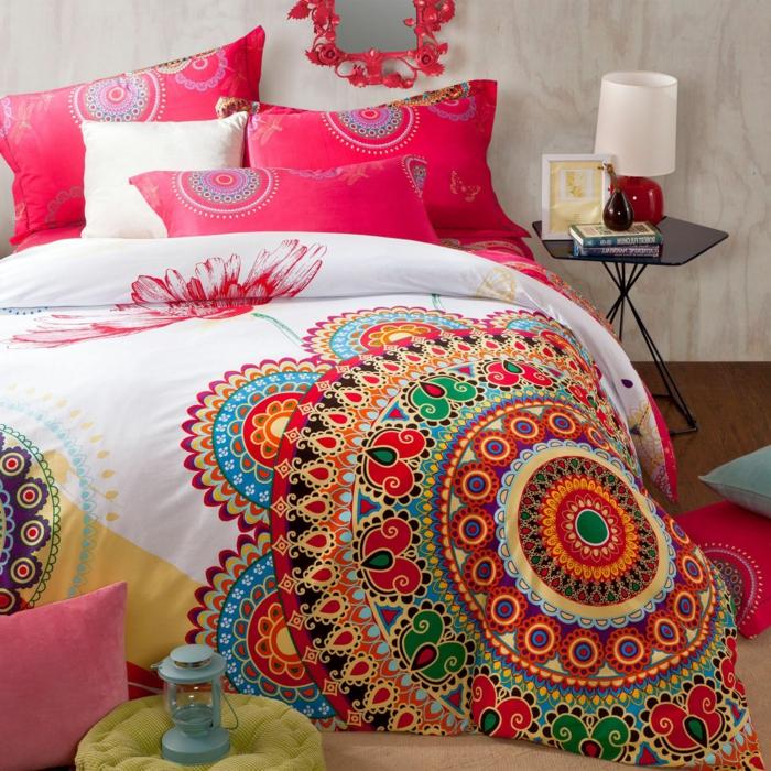 chambre hippie chic, couverture de lit en couleurs vibrantes, coussins roses et blancs