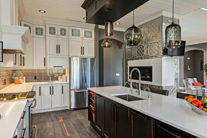 modele cuisine moderne, comptoir de travail avec un top blanc et lisse, sol en bois, cabinets blancs