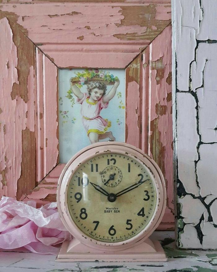 relooking meuble horloge et encadrement rose, peinture qui craque couleurs poudrées