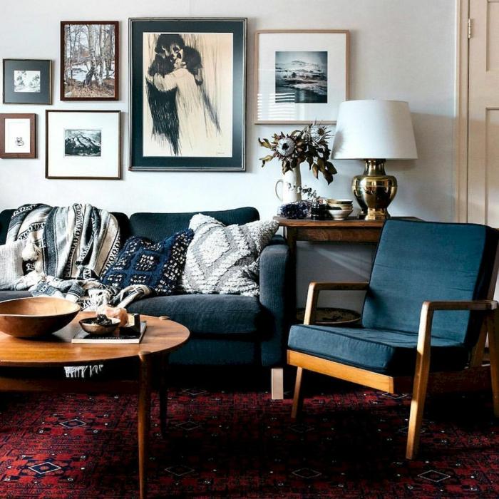 tapis rouge, chaise et canapé en bleu colombe, mur blanc avec peintures en noir et blanc