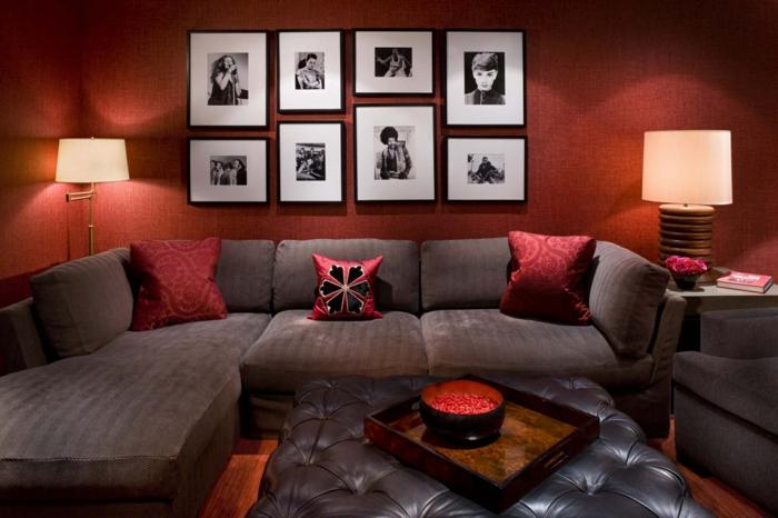 couleur peinture salon rouge, tableaux avec photos noires et blanches, coussins bordeaux, sofa gris d'angle