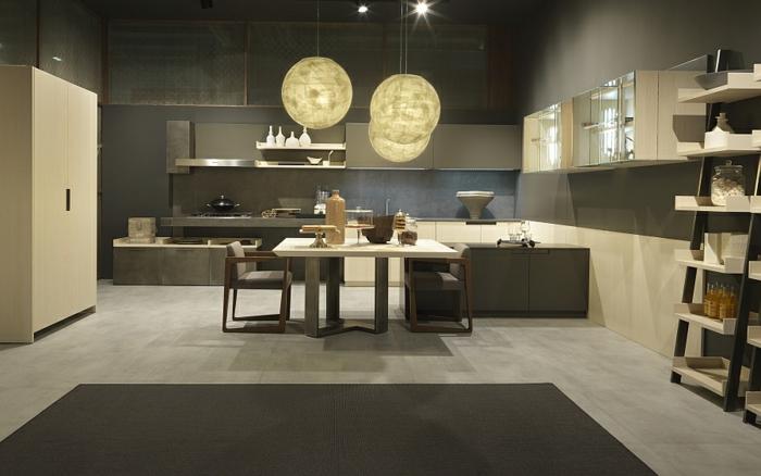 grandes lampes suspendues, tapis rectangulaire, armoire de cuisine, étagères originales