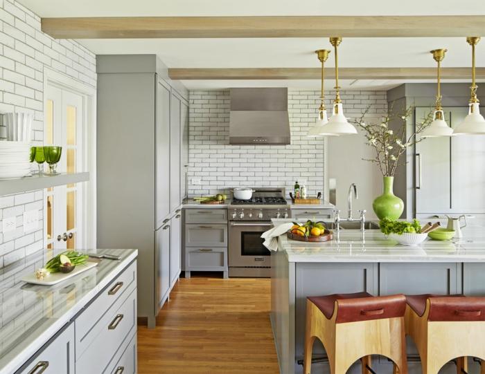 cuisine scandinave, poutres apparentes, îlot gris clair et blanc, tiroirs gris clair