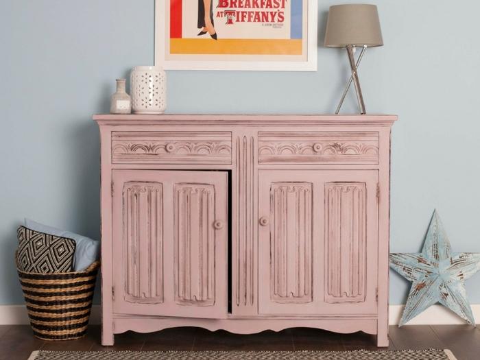 idée déco retaper un meuble, commode rose, étoile bleue décorative, panier tressé