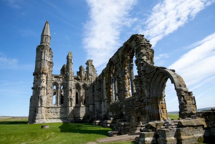 église gothique parmi l'herbe verte, ciel bleu et nuages blancs, paysage paradisiaque, beau paysage, ambiance de paix