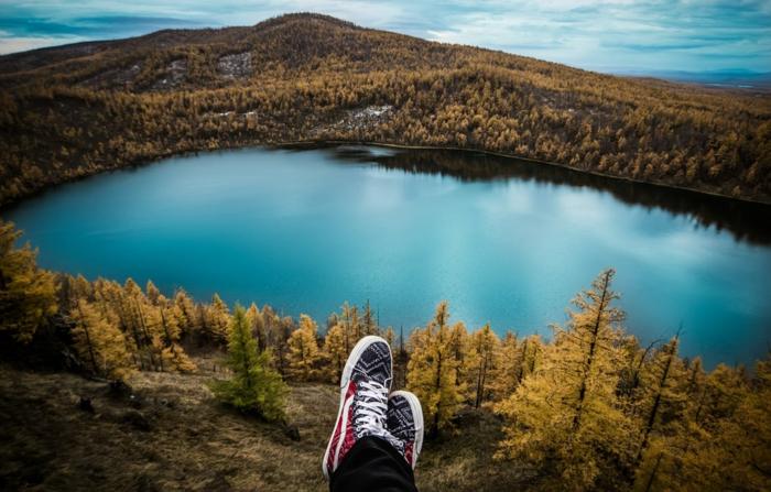 fond ecran paysage, iles paradisiaques, lac bleu paisible, destination paradisiaque, foret avec des arbres aux feuilles marron et jaunes, saison d'automne