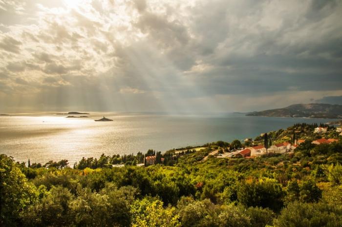 fond ecran paysage, iles paradisiaques, paysage paradisiaque, ciel nuageux avec des rayons de soleil, sur la mer, près de la plage, beau paysage