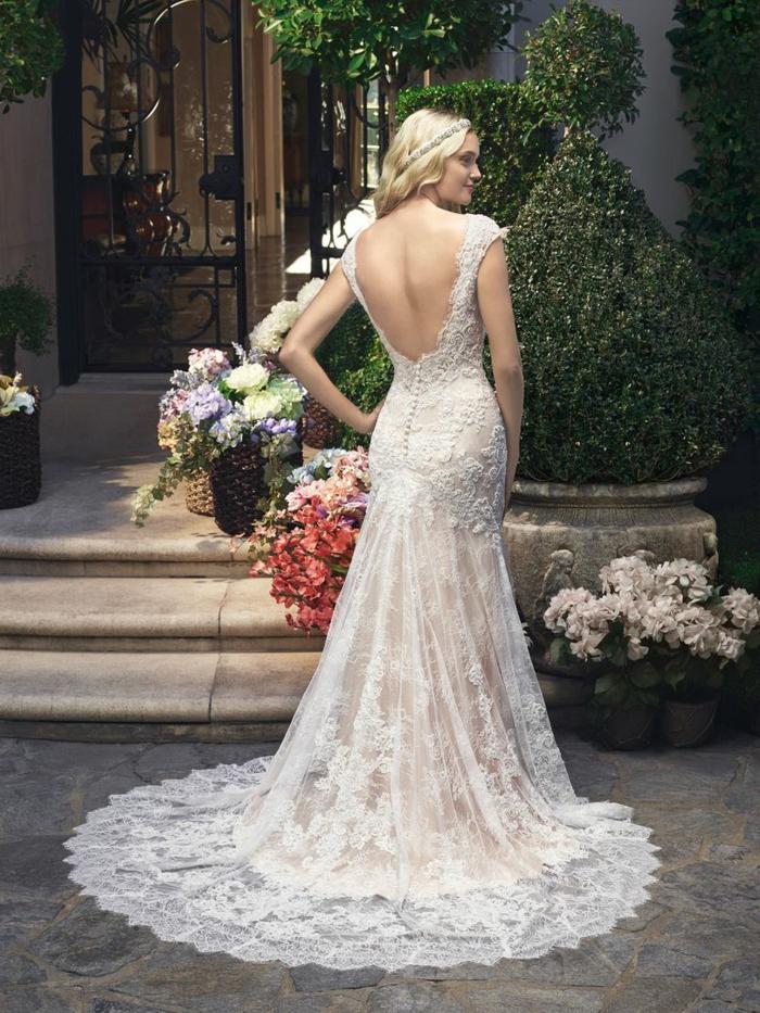 tenue champetre, robe sirène impressionnante, traîne ronde, dos nu, cheveux blonds avec diadème