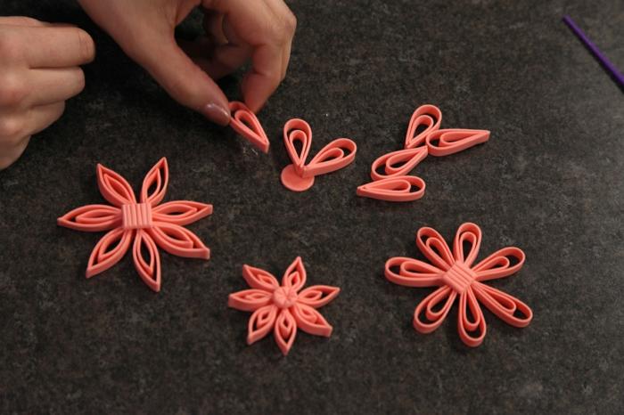 fleurs roses pliées de papier de quilling, design mignon de quilling