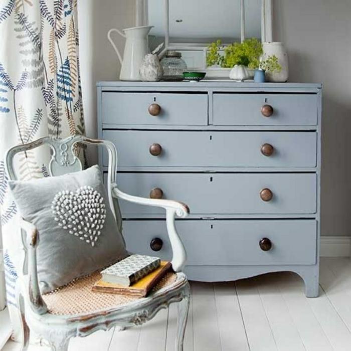 commode peinte bleue, chaise vintage, sol en planches de bois peintes
