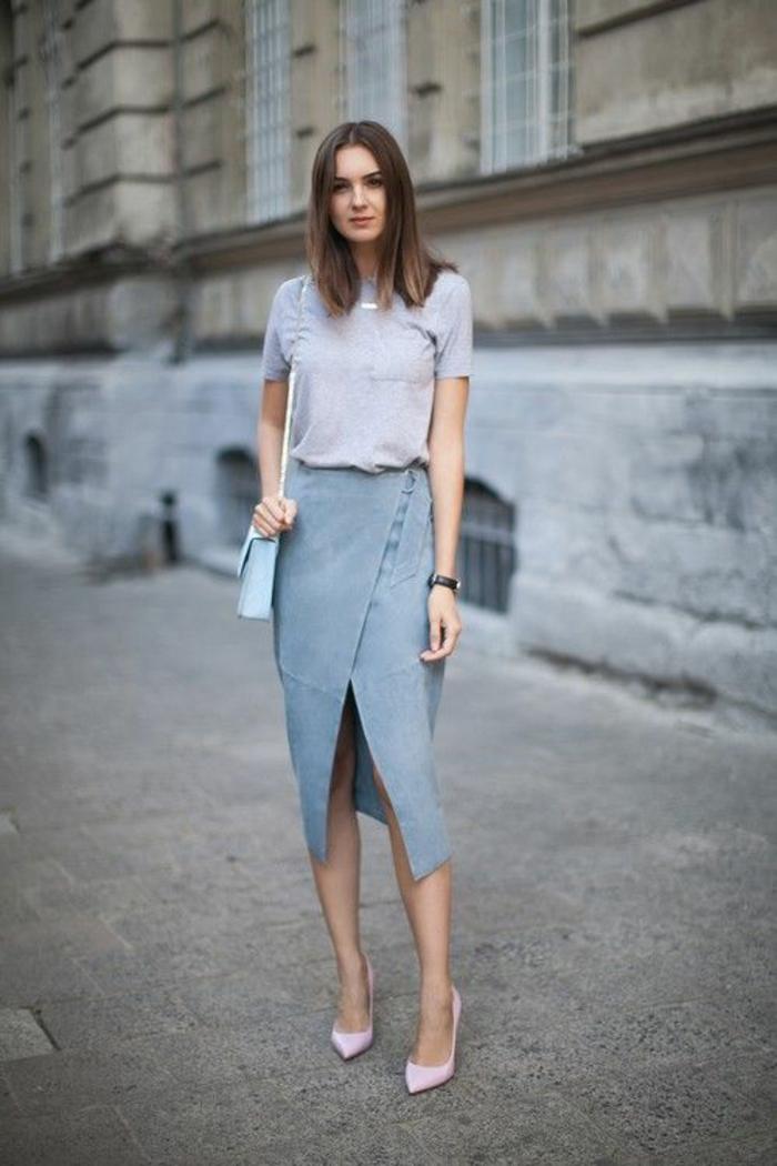 jupe longue asymétrique ouverte devant, blouse manches courtes en gris pastel, robe habillée, robe femme habillée, chaussures pointues en rose pastel, sac en forme carrée en bleu pastel