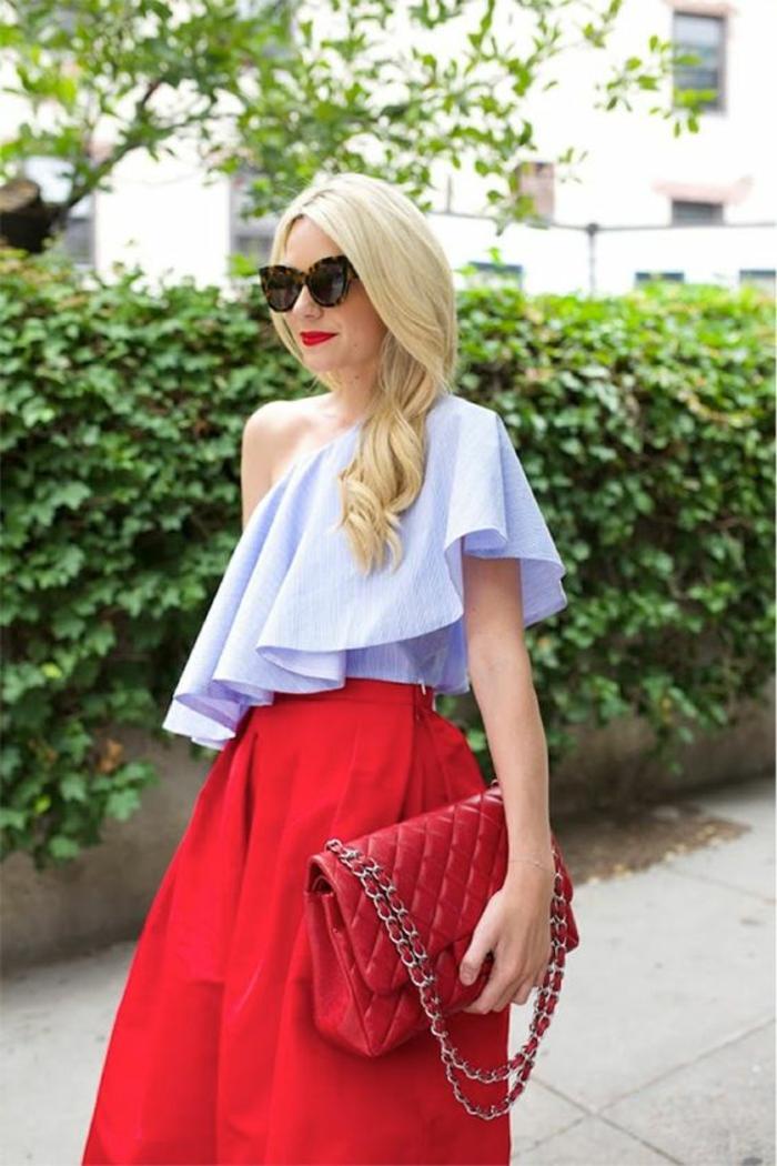 jupe bouffante rouge, top bleu clair asymétrique couvrant une épaule, grand sac rouge matelassé, look glamour, comment bien s habiller, tenue casual
